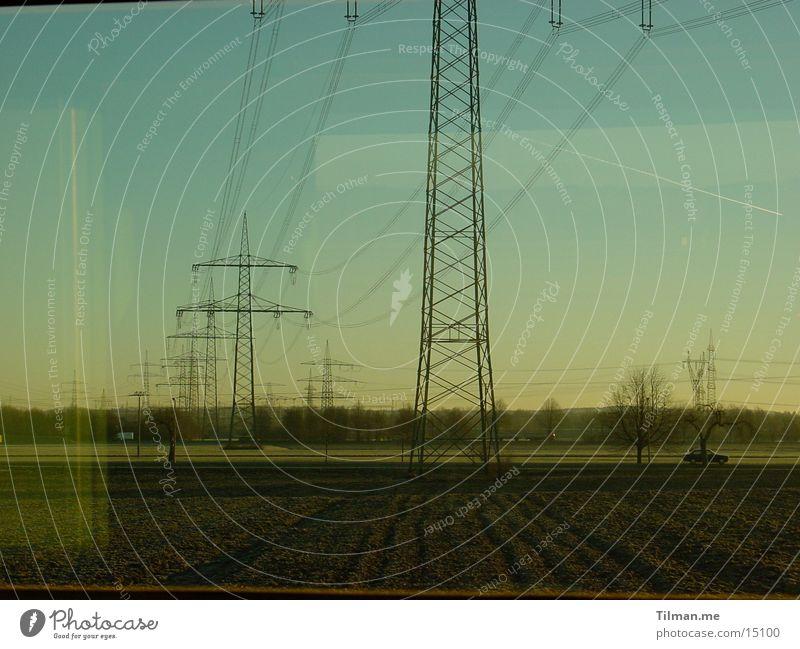 Kalter Morgen Himmel kalt Nebel Verkehr Strommast Leitung Abteilfenster