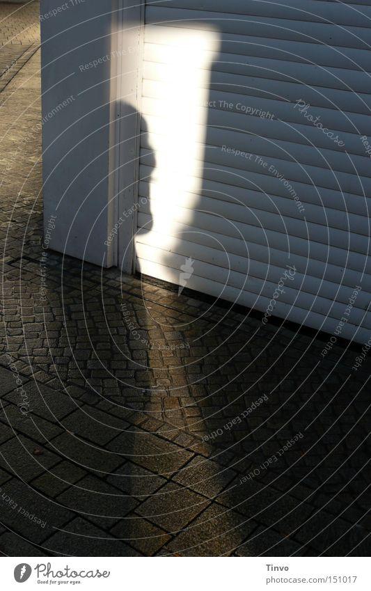 Halbschatten Fußgängerzone Ladengeschäft Licht Pflastersteine Tag Schatten Sonnenlicht Sonntag Straßenbelag Streifen Detailaufnahme Hausecke Rolltor ums Eck