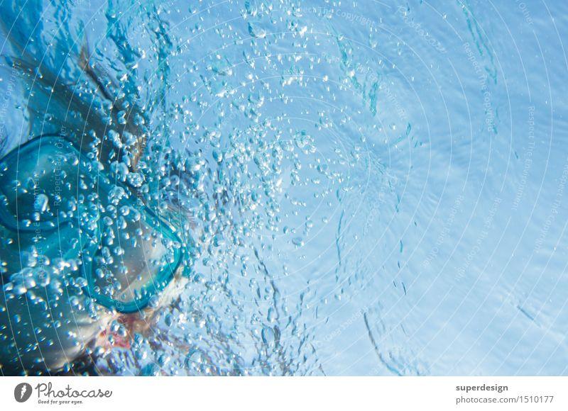 Blick im Winkel Kind Ferien & Urlaub & Reisen blau Wasser Freude Glück außergewöhnlich Freiheit Schwimmen & Baden Freizeit & Hobby Luft frisch Kindheit