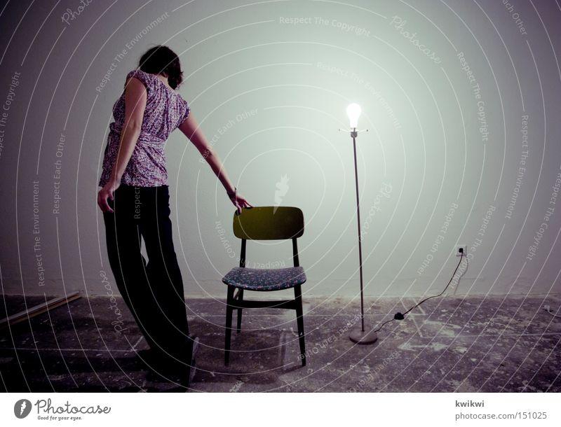 stand up Häusliches Leben Lampe Stuhl Raum Frau Erwachsene alt Bewegung stehen hell Glühbirne Örtlichkeit trist verfallen dreckig Wand Fassade Rückansicht gehen