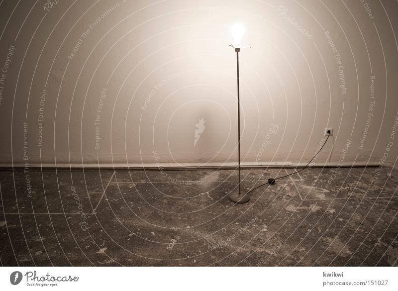 ein lichtlein brennt Lampe Glühbirne Stehlampe hell dunkel Schatten Raum Örtlichkeit Häusliches Leben beige Elektrizität Elektrisches Gerät