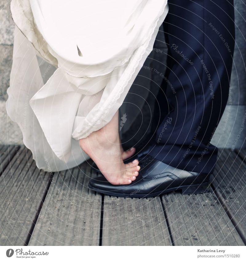lift me ab Feste & Feiern Hochzeit Frau Erwachsene Mann Paar Fuß 2 Mensch Bekleidung Kleid Anzug Schuhe festhalten Spielen schwarz weiß Vertrauen Liebe