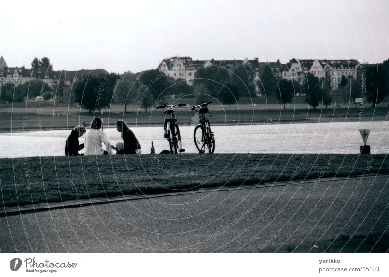 Am Strand Strand Menschengruppe Freundschaft Fahrrad gemütlich