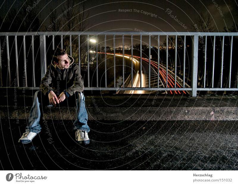 Nachtszene Straße PKW warten Zeit sitzen Hoffnung Brücke KFZ Coolness stoppen Schicksal Gitter Anhalter
