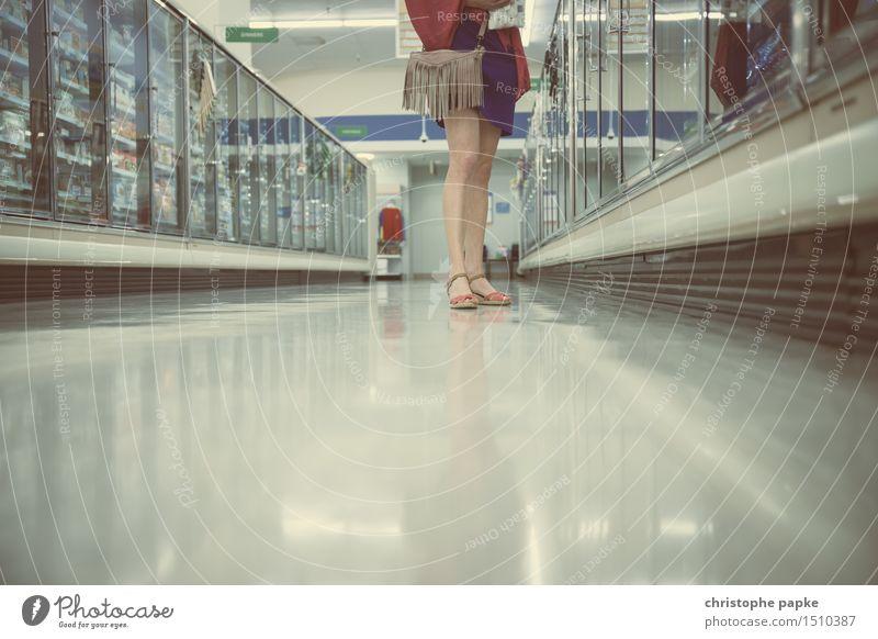 Qual der Wahl feminin Beine Fuß 1 Mensch Schuhe Damenschuhe wählen kaufen stehen Supermarkt Tiefkühlkost Auswahl Farbfoto Gedeckte Farben Innenaufnahme