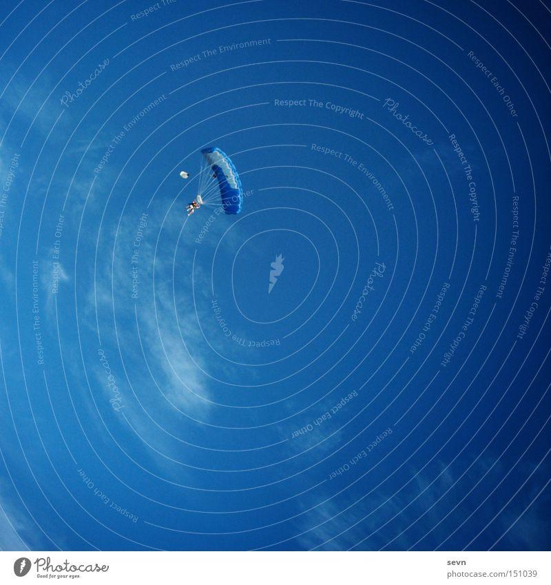 Sky Diving Fallschirmspringen Gleitschirmfliegen tief Höhe hoch Himmel Wolken blau Flugzeug Luft Freude Extremsport Regenschirm Skydive