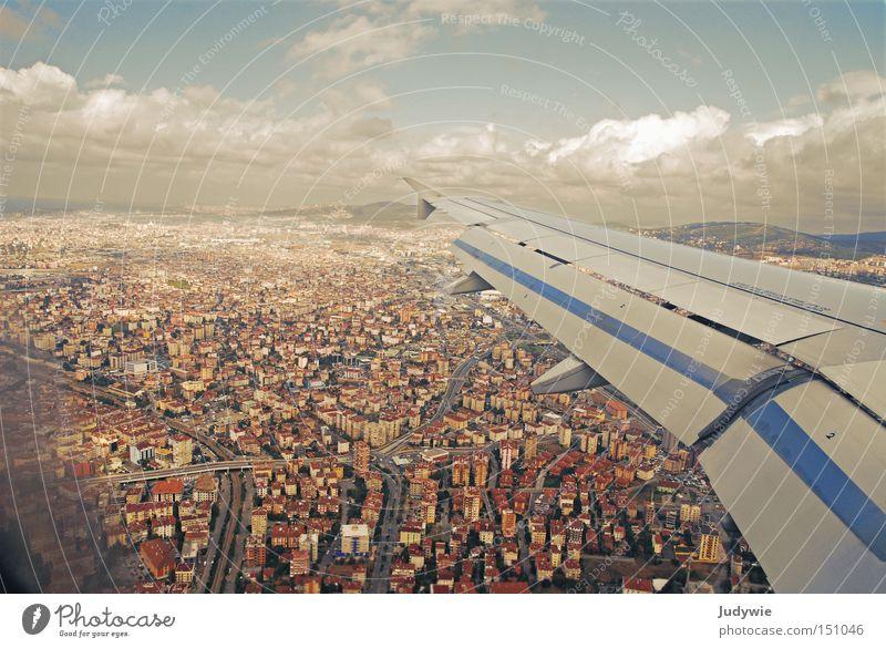 Himmel über Istanbul Flugzeug Tragfläche Stadt Wolken Haus klein blau braun Mensch oben unten fliegen Türkei Flughafen Luftverkehr