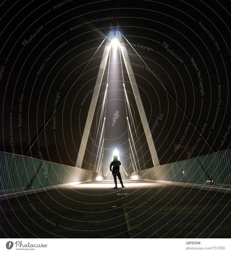 Durch Lichtkegel verursachter Menschenschatten Frau Stadt schwarz Schatten Brücke Schweiz Solothurn