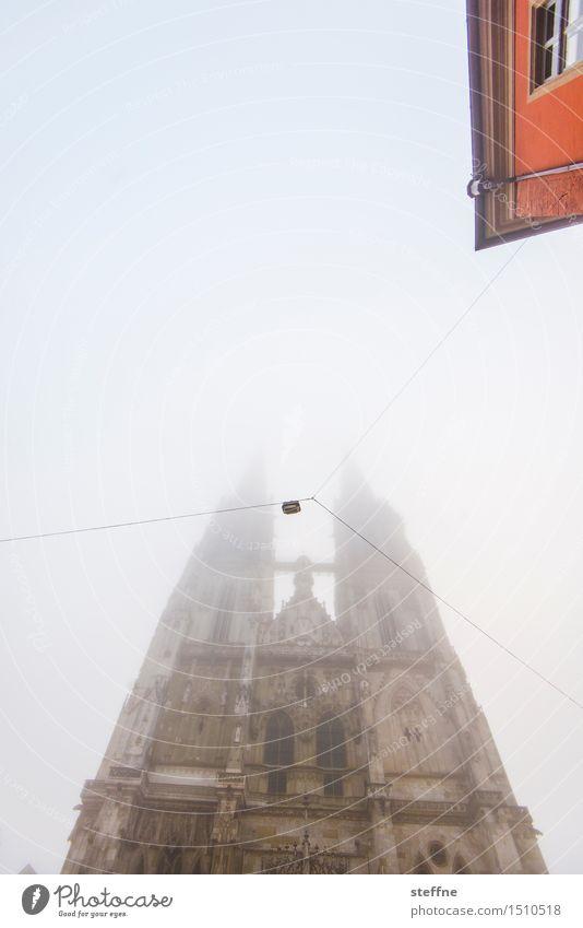 vernebelter Blick Winter Nebel Regensburg Haus Kirche Dom außergewöhnlich Religion & Glaube Morgendämmerung Morgennebel Farbfoto Textfreiraum oben