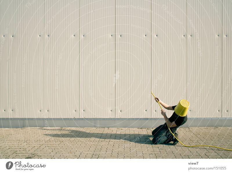 an die Wand. Gärtner Mensch Mann Schlauch gießen spritzen Spritze Tagger sprühen Feuerwehrmann Poster löschen Arbeiter Aktion Wasserschlauch Gartenschlauch