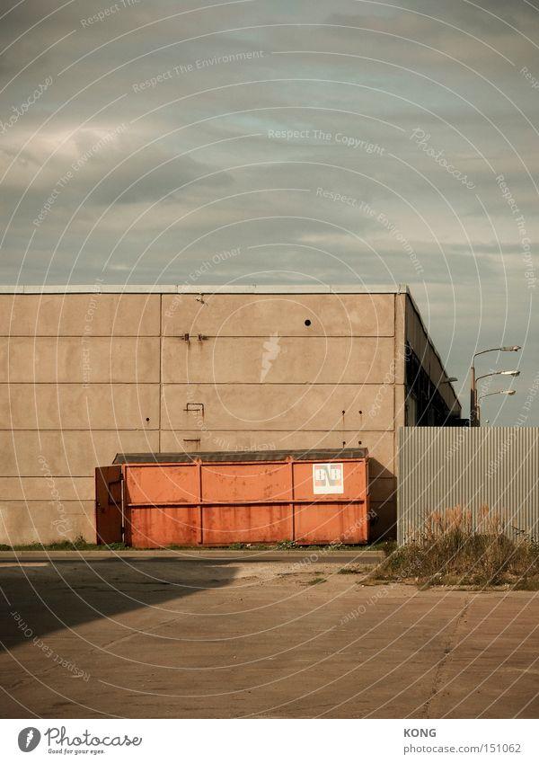 gewerbegeometrie Einsamkeit orange Beton Industrie trist Fabrik Baustelle Müll Vergänglichkeit Wirtschaft vergangen parken Container Ödland Lager Krise