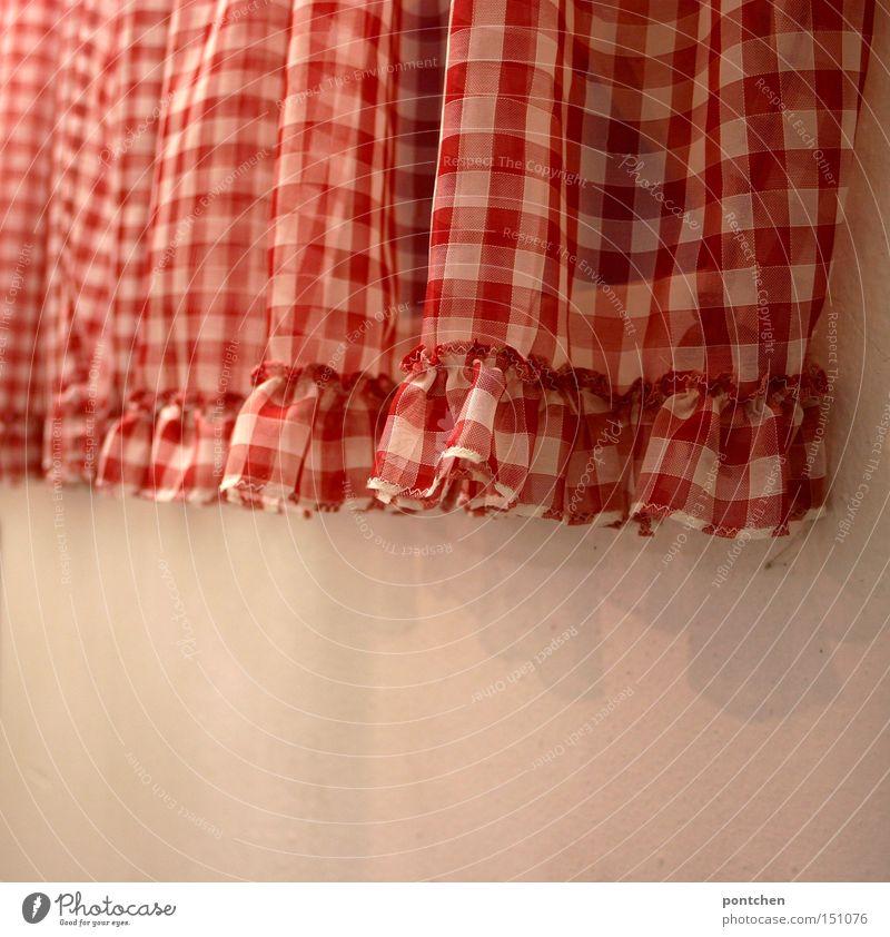 Rot-weiße gerüschte Gardine vor weißer Wand Farbfoto Nahaufnahme Detailaufnahme Muster Strukturen & Formen Menschenleer Textfreiraum unten Tag Schatten