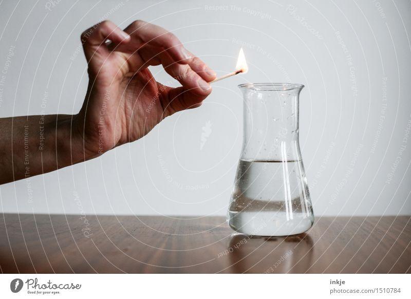 Brennt das? | Experiment Wissenschaften Chemie Hand Streichholz Brennstoff Erlenmeyerkolben Flüssigkeit Reagenzglas Glas bedrohlich Neugier Interesse gefährlich