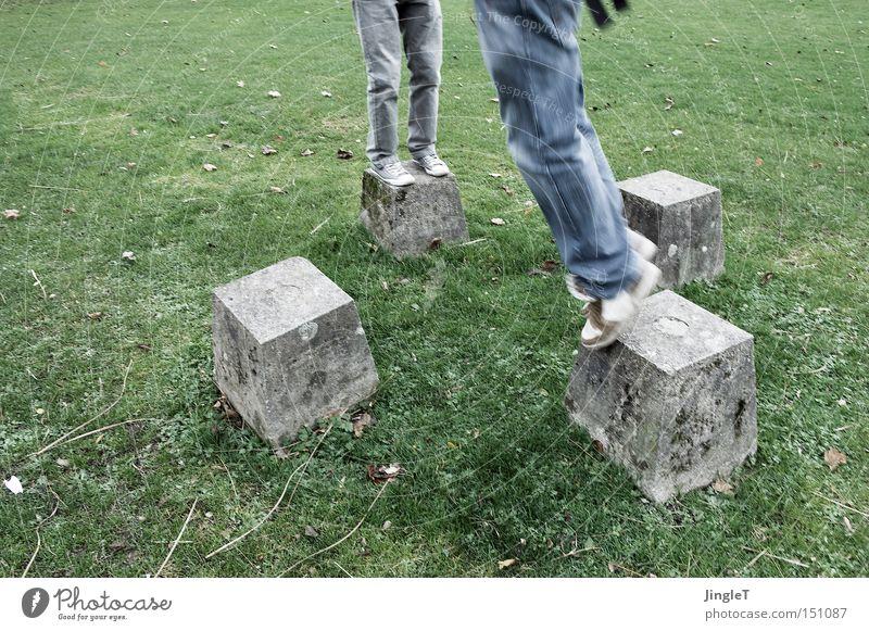 hüpfekästchen 3D Mensch kalt Spielen Bewegung Garten springen Stein Beine Park Fuß Rasen 4 Köln hüpfen toben Klotz