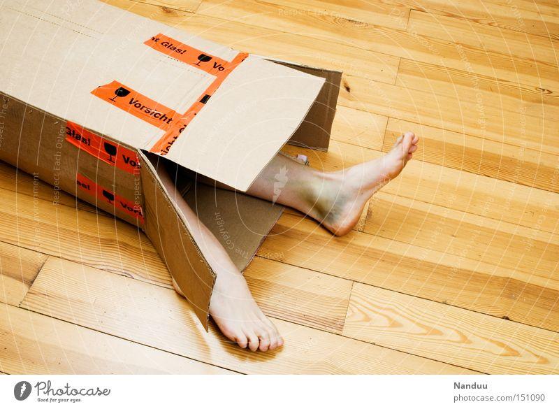 Reklamationsfall Mensch Beine Fuß Paket liegen kaputt Schwäche Ware Bluterguss Schachtel Kiste umgefallen packen entladen zerbrechlich Parkett Bodenbelag