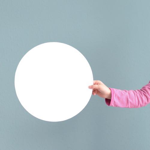 O Kindererziehung Bildung Schule lernen Kleinkind Mädchen Hand 1 Mensch 3-8 Jahre Kindheit rund blau rosa weiß Kreis kreisrund stoppen Hintergrundbild Farbfoto