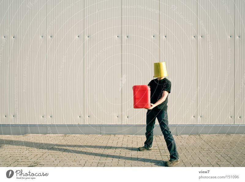 Produktpräsentation Kanister Benzinkanister verkaufen Poster Hintergrundbild Präsentation trashig Müll lustig Eimer Angebot Dienstleistungsgewerbe Freude Mann