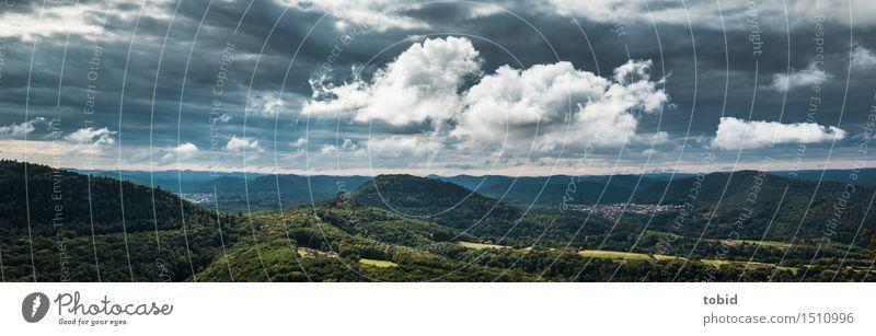 Ausblick Natur Landschaft Wolken Schönes Wetter Wiese Feld Wald Hügel Berge u. Gebirge Gipfel Ferne Horizont Idylle Panorama (Bildformat) Dorf Farbfoto