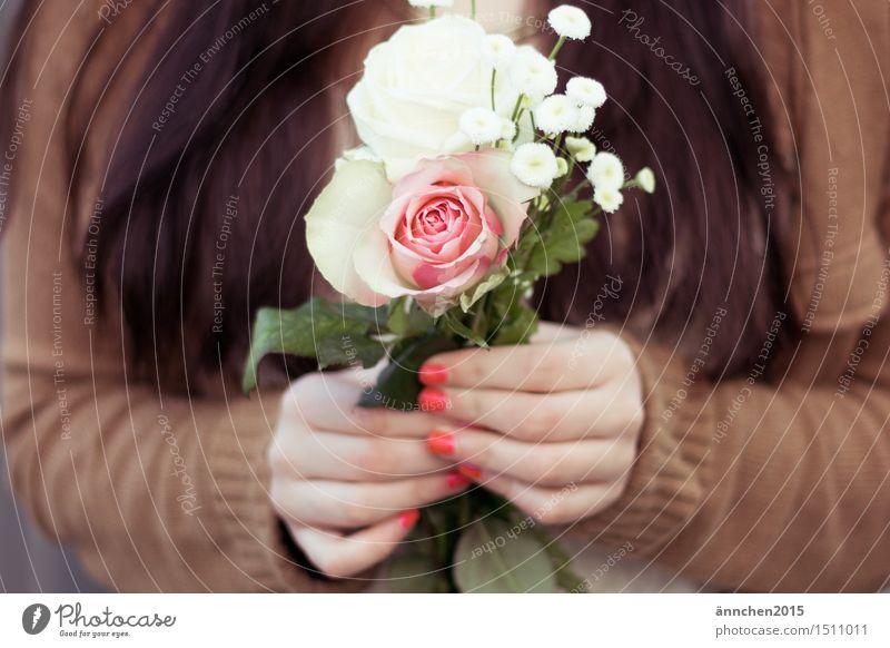 Für Dich! Blume Außenaufnahme Frau feminin festhalten Gedeckte Farben beige weiß rosa grün rot Hand Fingernagel Geschenk geben Jacke für dich gepflückt
