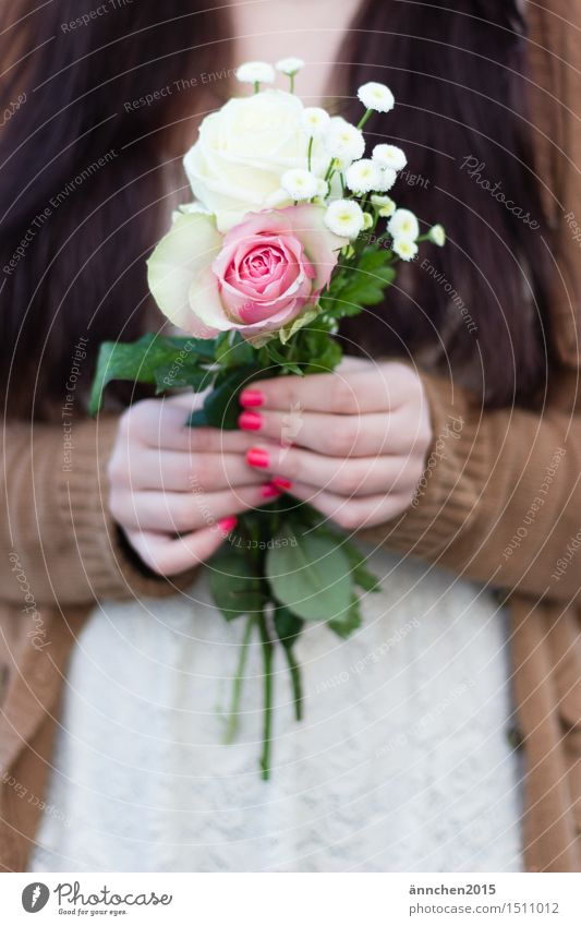 Blumen für dich! Außenaufnahme Frau feminin festhalten Gedeckte Farben beige weiß rosa grün rot Hand Fingernagel Geschenk geben Jacke geplückt langhaarig braun