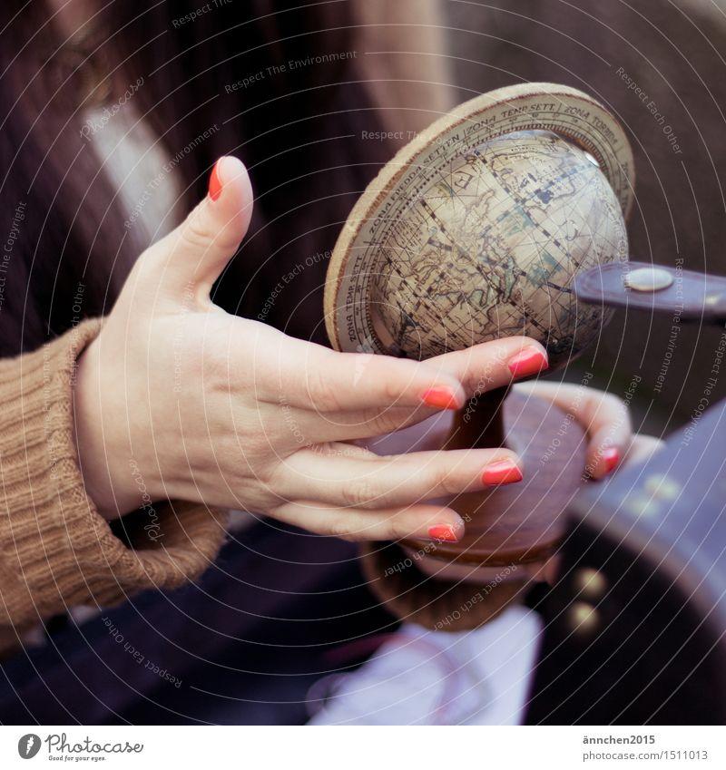 Reise um die Welt Mensch feminin Hand Finger 1 Globus Idee Wunsch Zeit Ferien & Urlaub & Reisen Koffer Nagellack rot beige Erde erleben entdecken Farbfoto