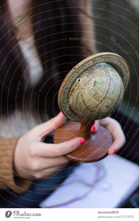 Die Welt in meiner Hand Globus Nagellack Finger Frau feminin Ferien & Urlaub & Reisen festhalten Erde entdecken Außenaufnahme Tag hell Gedeckte Farben retro