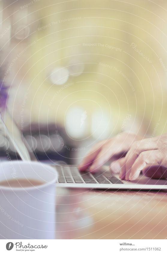 Hände auf der Tastatur vom Laptop, mit Kaffeetasse daneben Computer Medienbranche Werbebranche Business Notebook Technik & Technologie Internet schreiben online