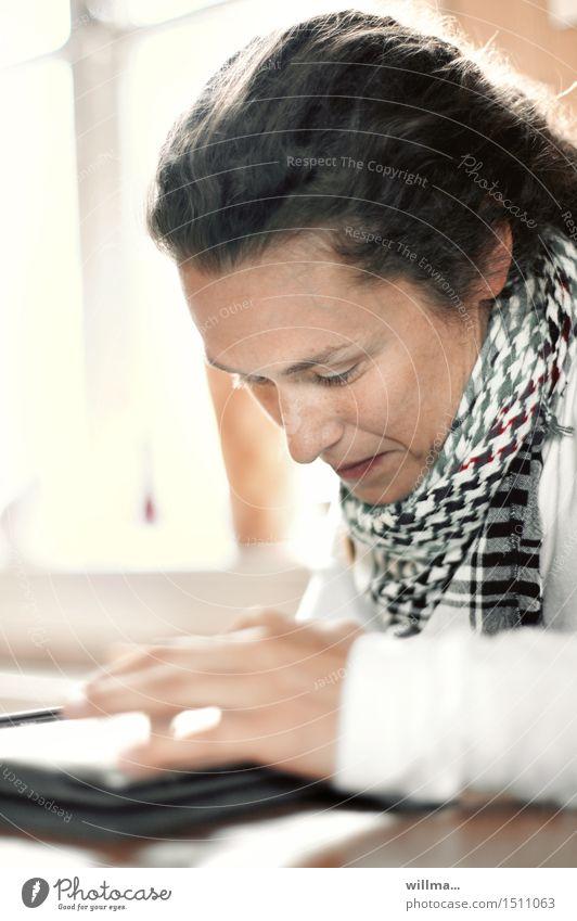 Junge Frau liest in E-Book oder Tablet lesen E-Mail Bildung Studium lernen Student Medienbranche Werbebranche Tablet Computer Internet online Jugendliche
