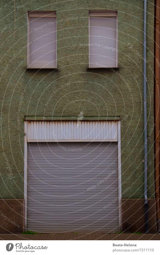 zu. Häusliches Leben Wohnung Haus Kleinstadt Menschenleer Mauer Wand Fenster Straße Stein Kunststoff alt dunkel grau grün Gefühle Verzweiflung Vergänglichkeit