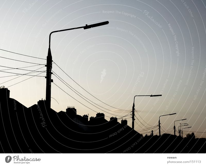 straßenzug Haus Straße dunkel Laterne Verkehrswege Häuserzeile halbdunkel