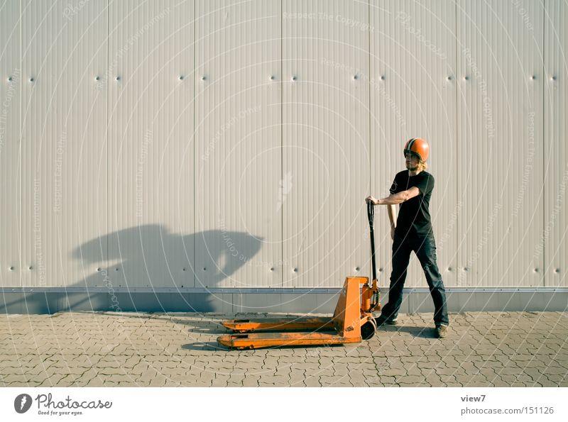 Lagerist Beruf Handwerker Arbeitsplatz Industrie Mensch maskulin Mann Erwachsene 1 18-30 Jahre Jugendliche Helm Beton Metall Zeichen Linie Streifen einfach