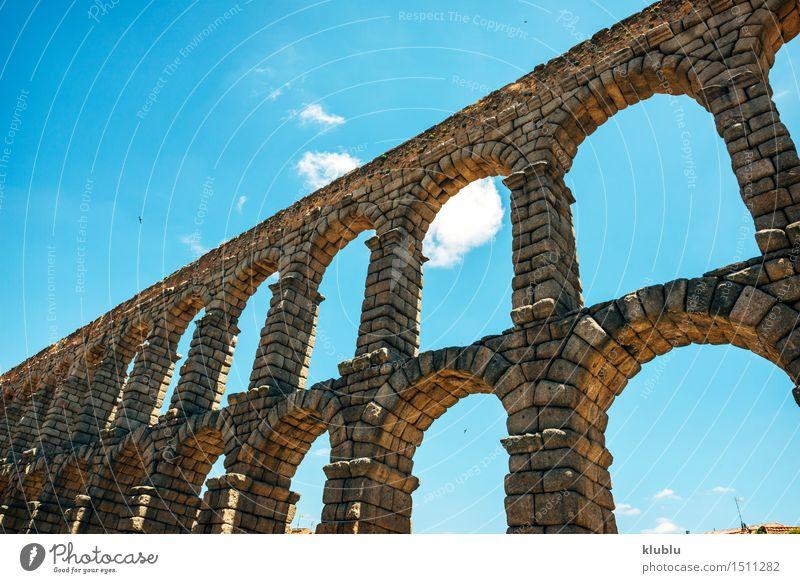 Der berühmte alte Aquädukt in Segovia, Spanien Ferien & Urlaub & Reisen Stadt Haus Architektur Gebäude Stein Felsen Tourismus Platz Kultur Brücke historisch