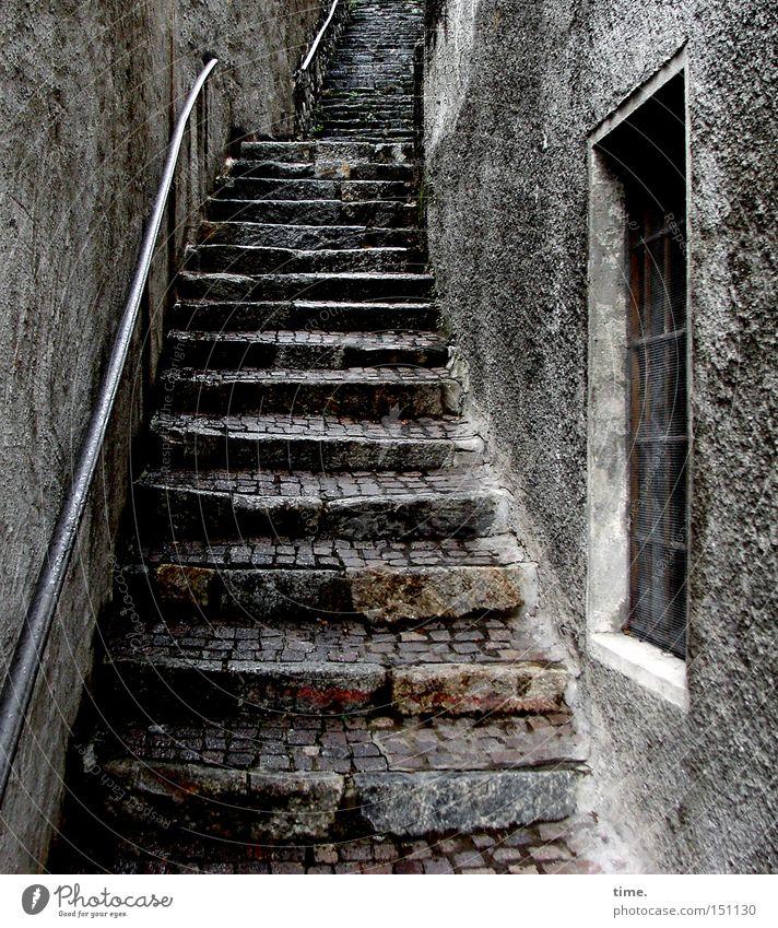 Treppenwitz alt Wand Fenster grau Stein Mauer Fassade Treppe trist Vergänglichkeit historisch eng aufwärts Geländer Putz
