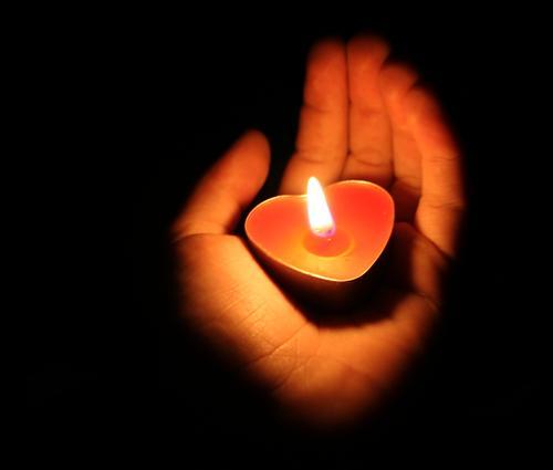 Ein Licht geht uns auf in der Dunkelheit ... Kerze Hand Flamme Feuer Herz Teelicht Finger Weihnachten & Advent Romantik dunkel Liebe Hoffnung Wachs Beleuchtung