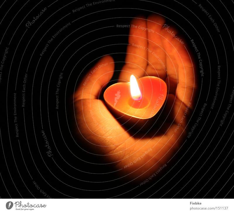 Ein Licht geht uns auf in der Dunkelheit ... Weihnachten & Advent Hand Feste & Feiern Liebe Mensch dunkel Stimmung Beleuchtung Herz Brand Finger Feuer Hoffnung