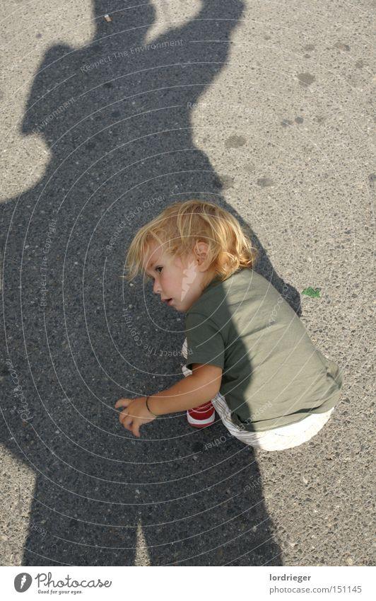 Immer auf der Suche Mädchen Straße Spielen Suche Bodenbelag Frieden Kleinkind Schattenspiel Windeln