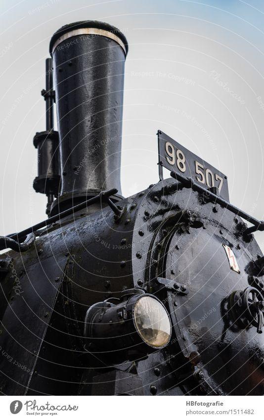 Zugkraft Lokomotive Schienenverkehr stark schwarz Dampflokomotive Schornstein Wasserdampf Rauch Lokführer Eisenbahn Farbfoto Außenaufnahme Tag