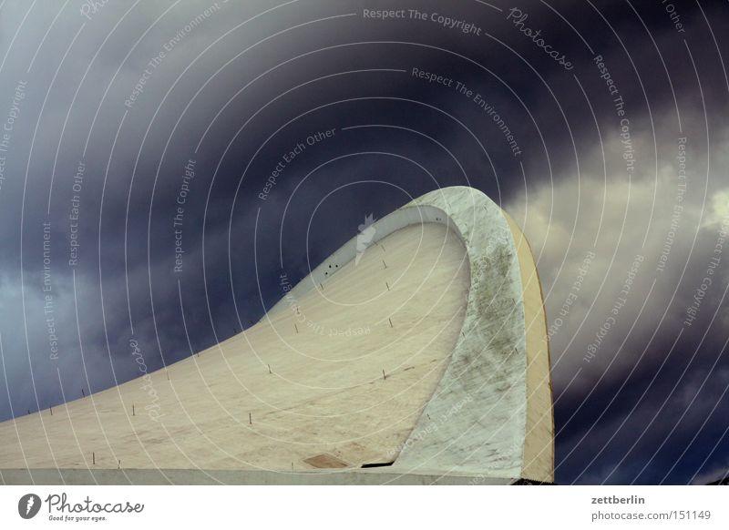 Auster Dach Beton Haus Berlin Kultur Architektur Schwung Himmel Wolken Gewitter drohen Reinigen Detailaufnahme Wahrzeichen Denkmal haus der kulturen der welt