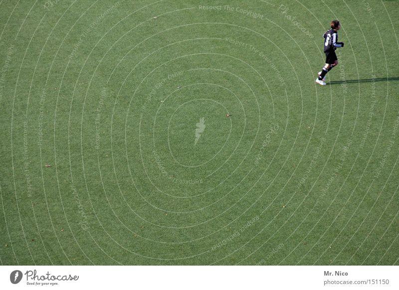 nr.5 lebt Fußballplatz Fußballer Grünfläche Kunstrasen sportlich Verteidiger Sportplatz grün Sportveranstaltung Ballsport Spielen libero Rasen abwehrspieler