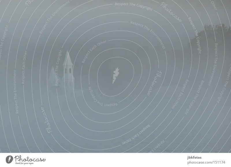 im GLAUBE versunken Himmel Natur Wasser weiß Landschaft Herbst grau Küste Religion & Glaube Luft Nebel Kirche trist Turm Spitze Seeufer