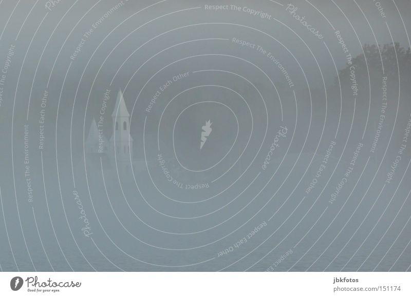 im GLAUBE versunken Natur Landschaft Luft Wasser Himmel Herbst Nebel Hügel Küste Seeufer whycocomagh Kirche Burg oder Schloss Turm Spitze trist grau weiß