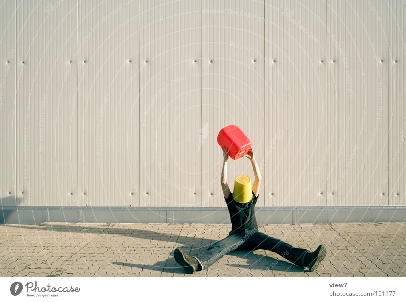 Treibstoff Mann Glück Hintergrundbild Suche sitzen Industrie trashig Kerl finden Pflastersteine Aluminium Eimer Straße Erfindung hochhalten Kanister