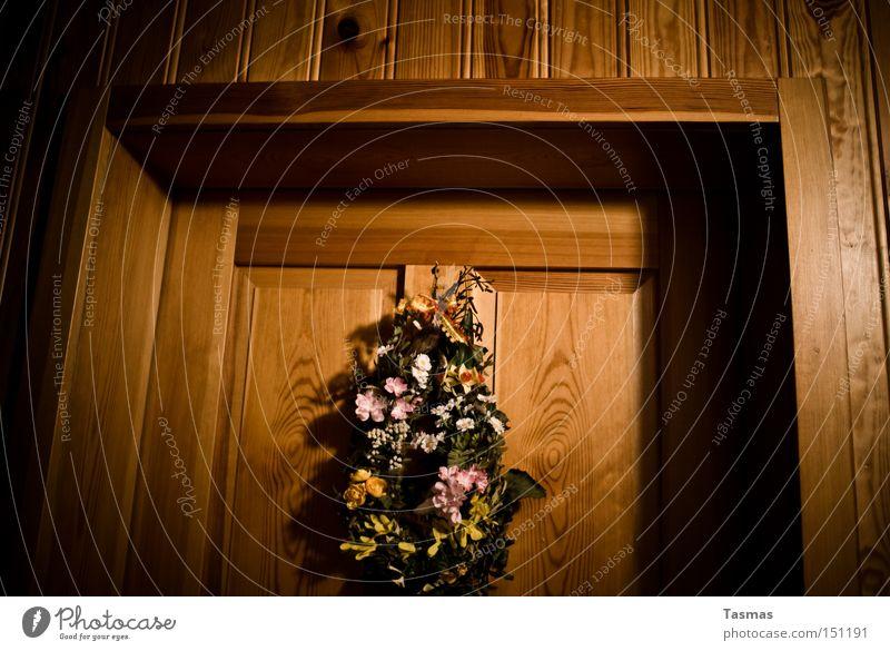 *klopf* *klopf* Tür Eingang Schmuck Holz Holztür Blume Detailaufnahme Dekoration & Verzierung Blumenstrauß Gesteck Häusliches Leben Schwelle