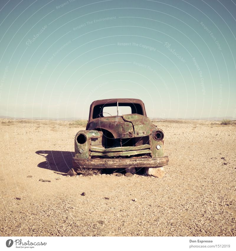 Wüstenkreuzer Abenteuer Natur Landschaft Sand Wärme Dürre PKW Rost alt kaputt trist trocken Senior Einsamkeit Ende Endzeitstimmung Ewigkeit Misserfolg Nostalgie