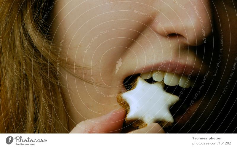Guten Appetit! Weihnachten & Advent Essen Ernährung Mund süß Stern (Symbol) Zähne lecker langhaarig Plätzchen beißen Backwaren Zimtstern Weihnachtsgebäck Zuckerguß