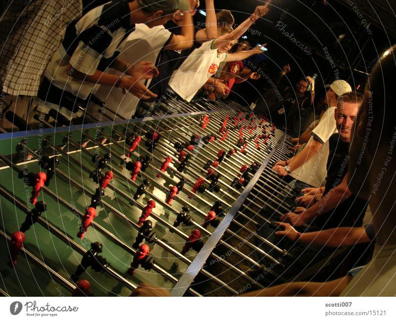 Kick it like Beckham Tisch lang Spielen Menschengruppe Erfolg Freude Tor Applaus Jubelstimmung Zentralperspektive Stab viele außergewöhnlich Farbfoto