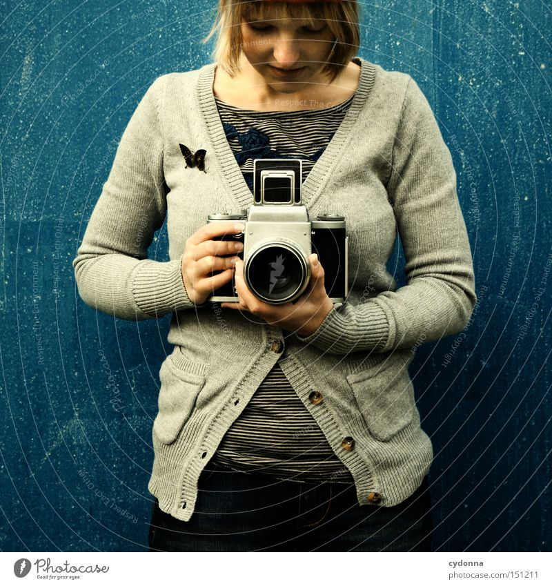 Kamerafräulein Frau Mensch Freude Leben Gefühle Stil Bekleidung retro Fotokamera Fotograf Nostalgie Stolz Fotografieren Mittelformat Fototechnik