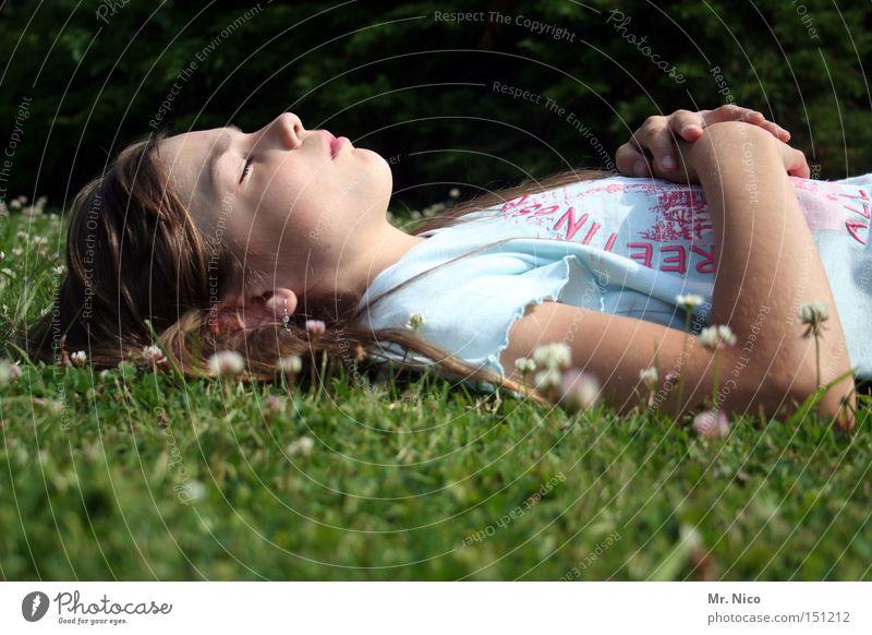 siesta. Kind ruhig Erholung träumen schlafen Pause Frieden Vertrauen Meditation Sonnenbad friedlich Mittagspause