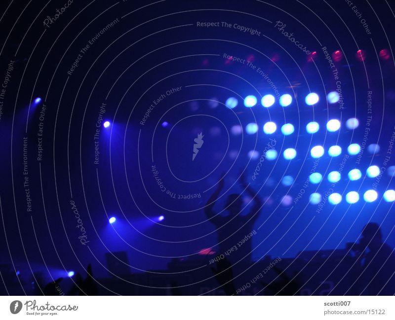 Hands up! Diskjockey Licht Party Techno Menschengruppe blau Scheinwerfer Musik