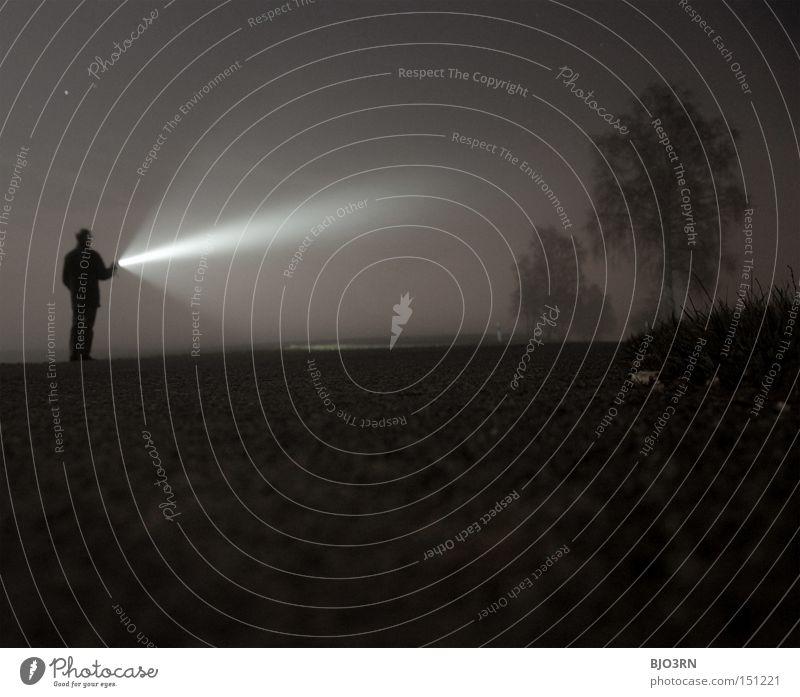 Lichtbringer Mensch Mann Baum Einsamkeit dunkel Nebel Strahlung Nacht